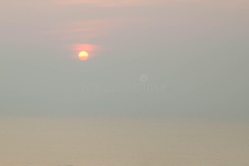 пристаньте восход солнца к берегу стоковые изображения rf