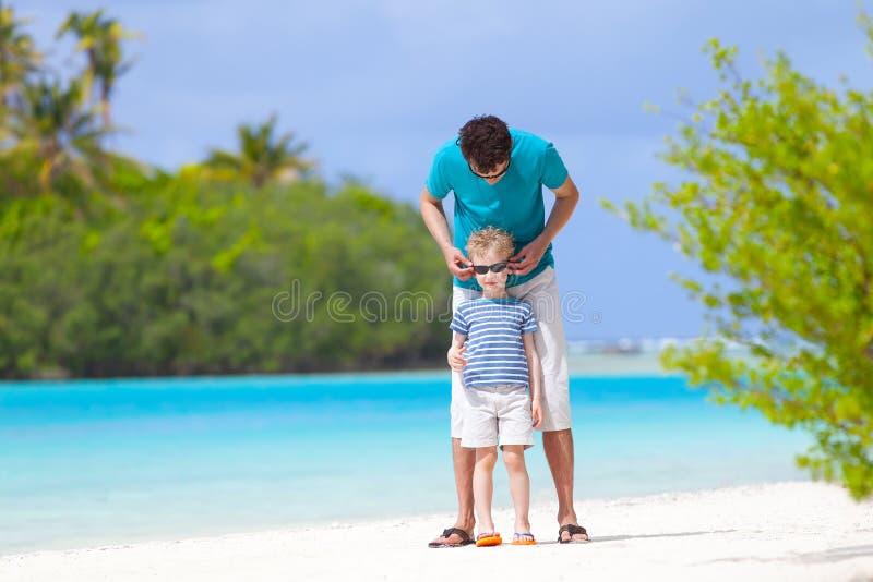 Download пристаньте детенышей к берегу тропической каникулы песка семьи 4 белых Стоковое Изображение - изображение насчитывающей excited, помогать: 40591975