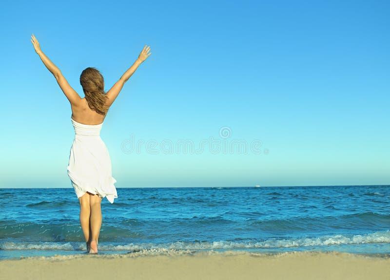пристаньте женщину к берегу стоковое изображение rf