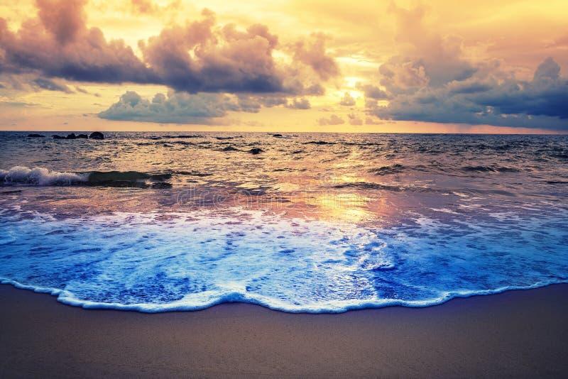 Пристаньте заход солнца или восход солнца к берегу с красочным неба и облака в twilig стоковая фотография rf