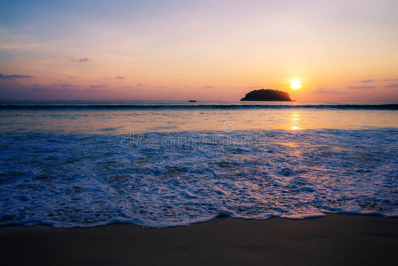 Пристаньте заход солнца или восход солнца к берегу с красочным неба и облака в twilig стоковое изображение rf