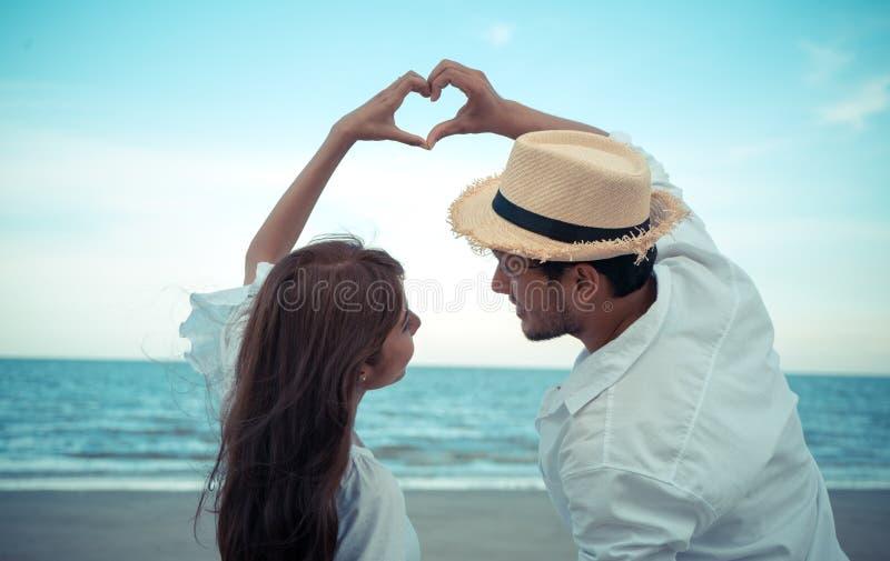 пристаньте заход солнца к берегу лета влюбленности вечера пар стоковые фото