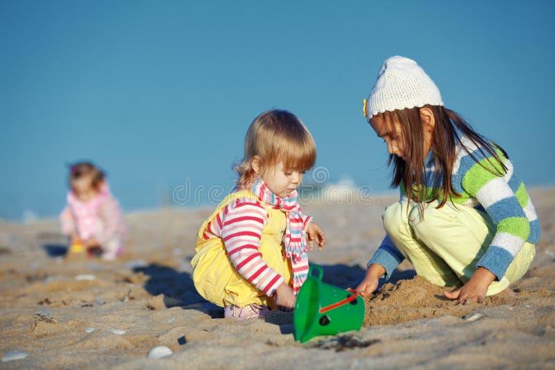 пристаньте играть к берегу малышей стоковое фото