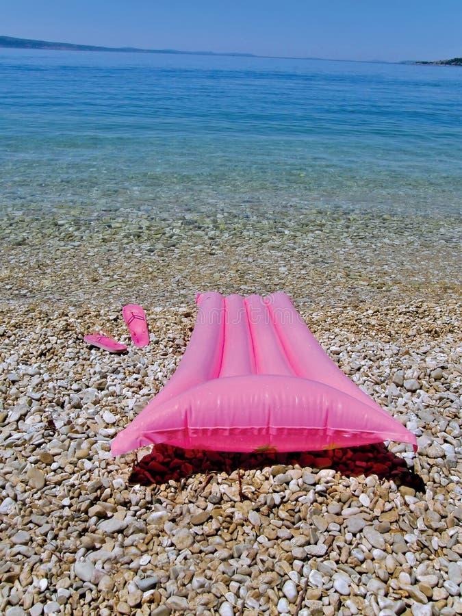 Пристаньте игрушки к берегу, выскальзование на ботинках около моря стоковые изображения