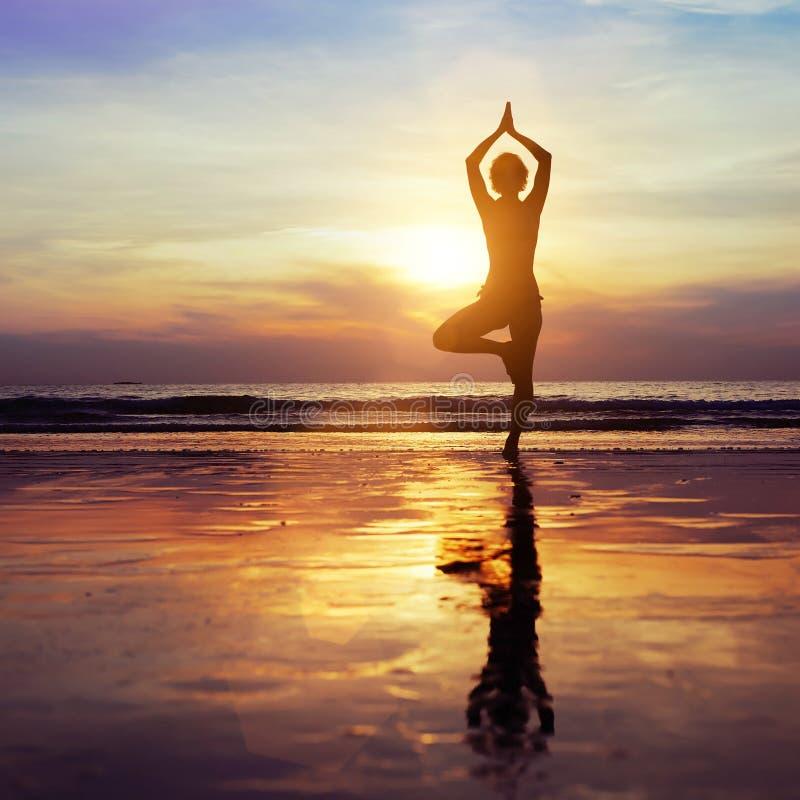 пристаньте йогу к берегу стоковое изображение