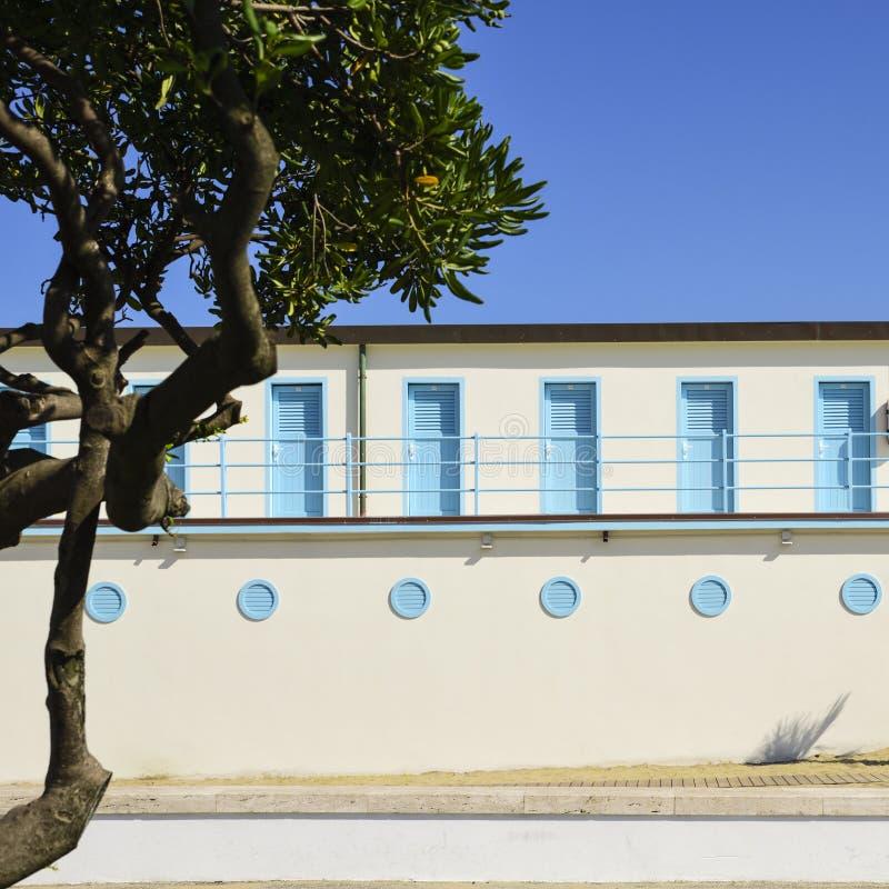 Пристаньте кабины к берегу в архитектуре в Viareggio, Ita двадцатого века стоковые фото