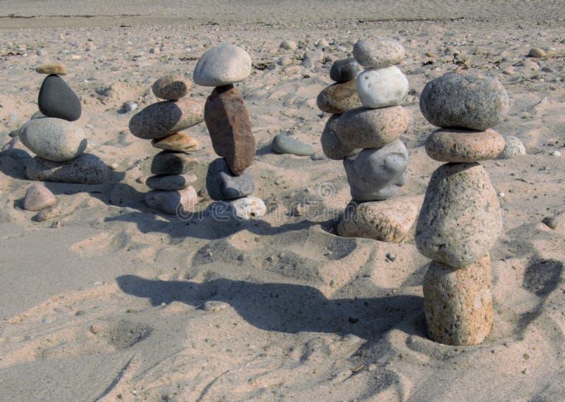 Пристаньте каменные диаграммы к берегу маршируя в расстояние стоковые изображения