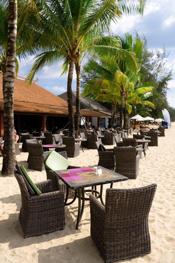 Пристаньте кафе к берегу с таблицами и стульями на песке стоковые фото