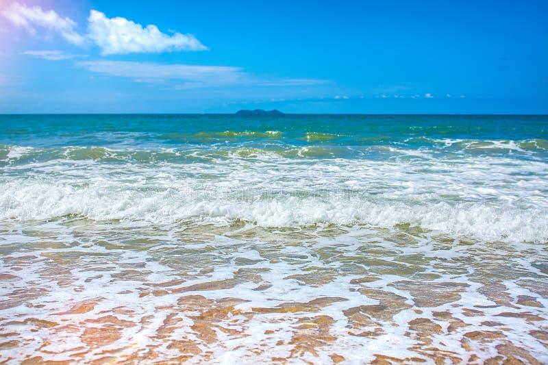 Пристаньте красивые покрыванные соломой зонтики к берегу и яркое море бирюзы, большое воссоздание и релаксацию рай тропический стоковое изображение