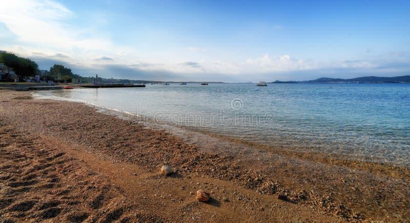 Пристаньте к берегу в Turanj, малой деревне в Далмации, Хорватии, острове Pasman в предпосылке стоковое изображение