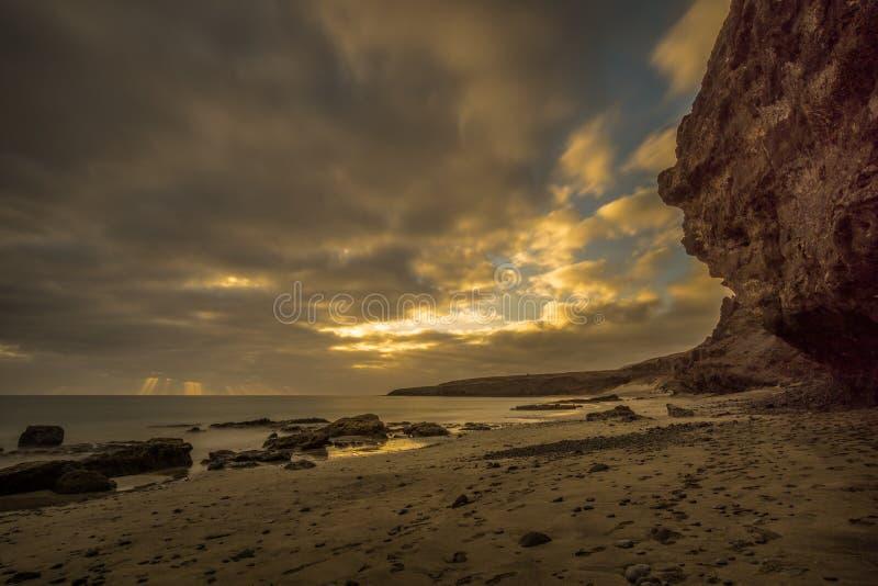 Пристаньте к берегу на канарском острове с темными облаками стоковое изображение rf