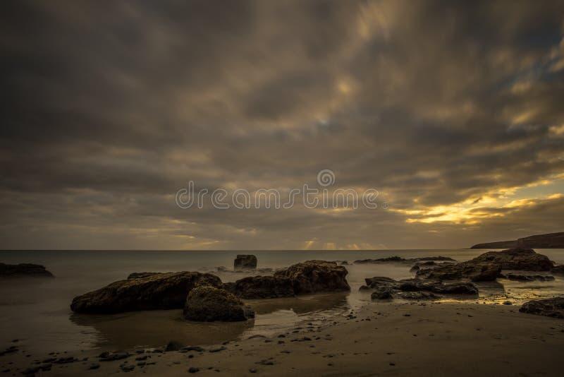Пристаньте к берегу на канарском острове с темными облаками стоковые изображения rf