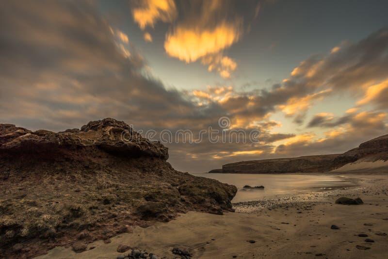 Пристаньте к берегу на канарском острове с темными облаками стоковые изображения
