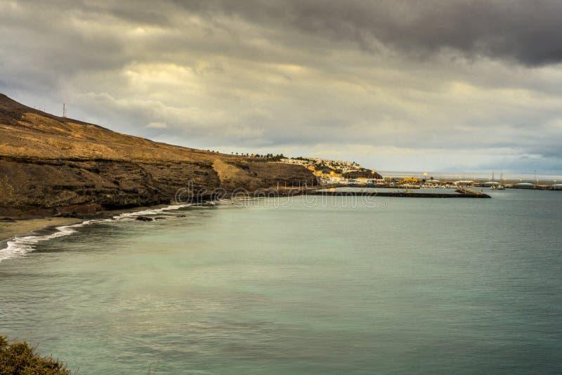 Пристаньте к берегу на Фуэртевентуре с утесом лавы и малой гаванью стоковое изображение