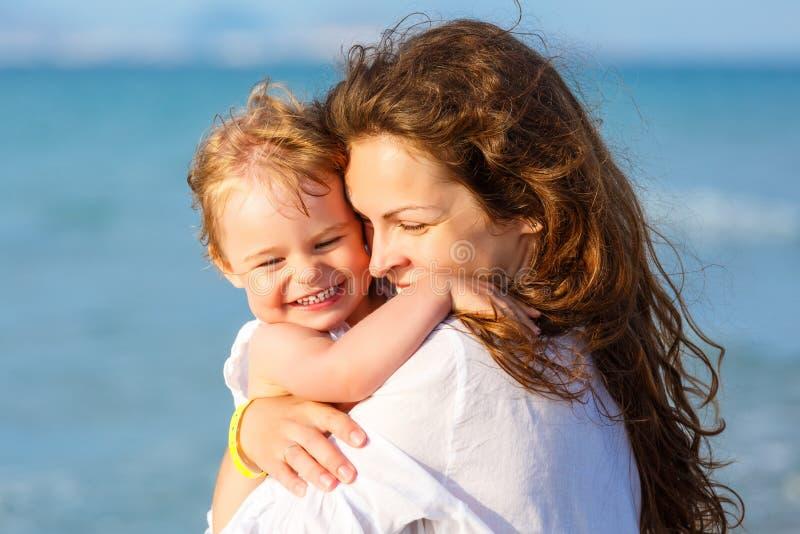 пристаньте мать к берегу дочи стоковое фото rf