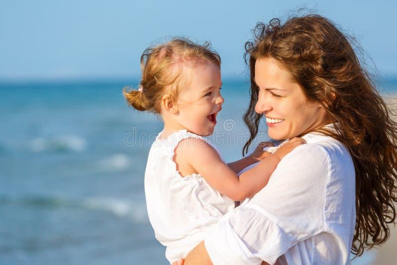 пристаньте мать к берегу дочи стоковые фото