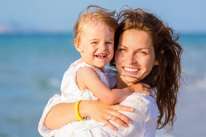 пристаньте мать к берегу дочи стоковое фото