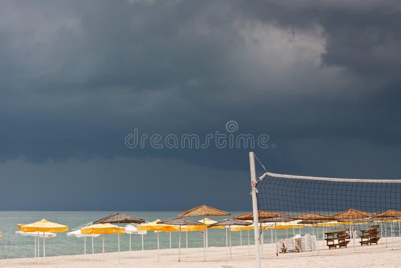 пристаньте море к берегу парасолей deckchairs стоковые изображения