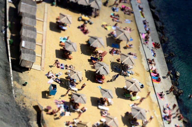 Пристаньте парасоли к берегу, зонтики Солнця от высоты, взгляд сверху стоковое изображение