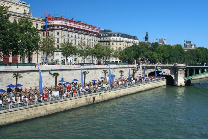 пристаньте парижское к берегу стоковые фотографии rf