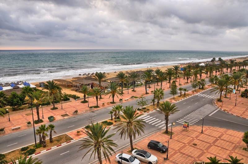 Пристаньте переулок к берегу с финиковыми пальмами в Hammamet, Тунисе, среднеземноморском стоковое фото rf