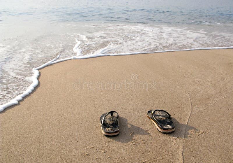 пристаньте песок к берегу flops flip стоковые изображения rf