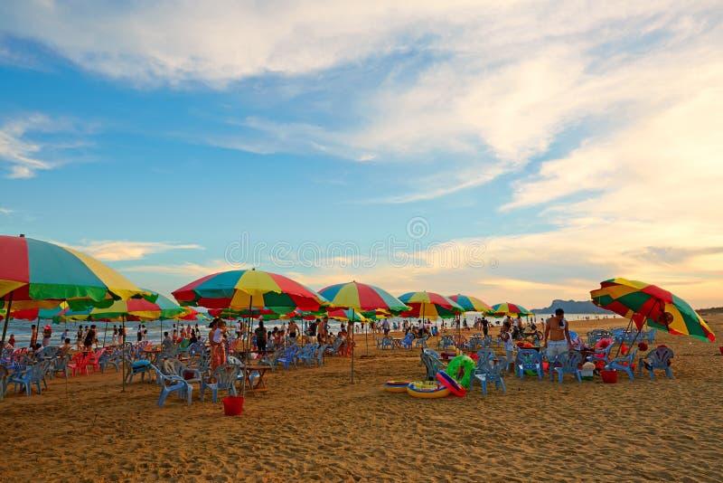 пристаньте прибой к берегу лета камней песка Кипра свободного полета среднеземноморской стоковая фотография rf
