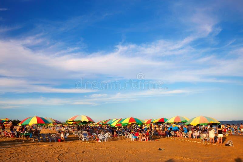 пристаньте прибой к берегу лета камней песка Кипра свободного полета среднеземноморской стоковое фото rf