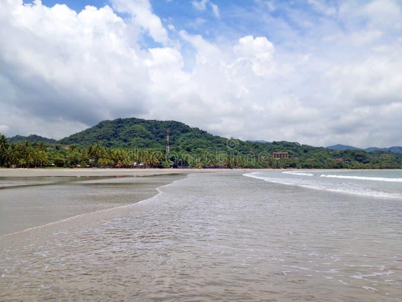 Пристаньте самару к берегу Playa в Коста-Рика в сезоне дождей стоковые изображения rf