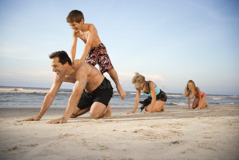 пристаньте семью к берегу стоковое изображение rf