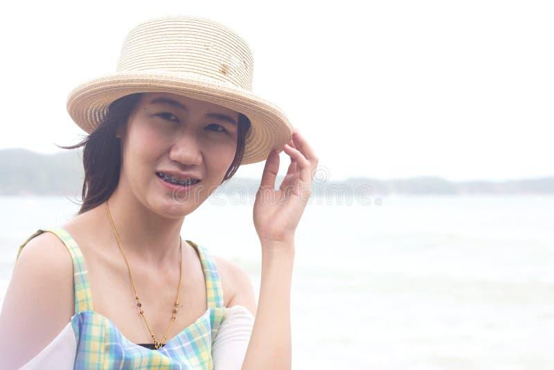 Download пристаньте счастливую женщину к берегу Стоковое Фото - изображение насчитывающей красивейшее, гидрат: 41653324