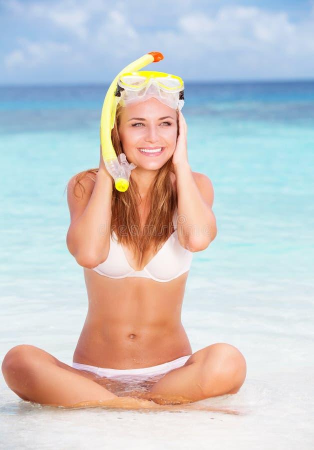 пристаньте счастливую женщину к берегу стоковая фотография
