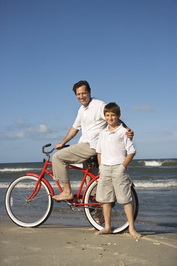 пристаньте сынка к берегу отца bike стоковые фотографии rf