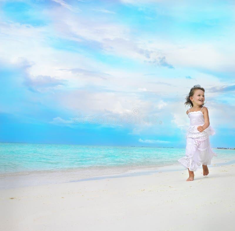 пристаньте ход к берегу девушки стоковое изображение rf