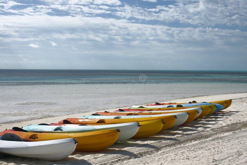 пристаньте kayaks к берегу стоковая фотография