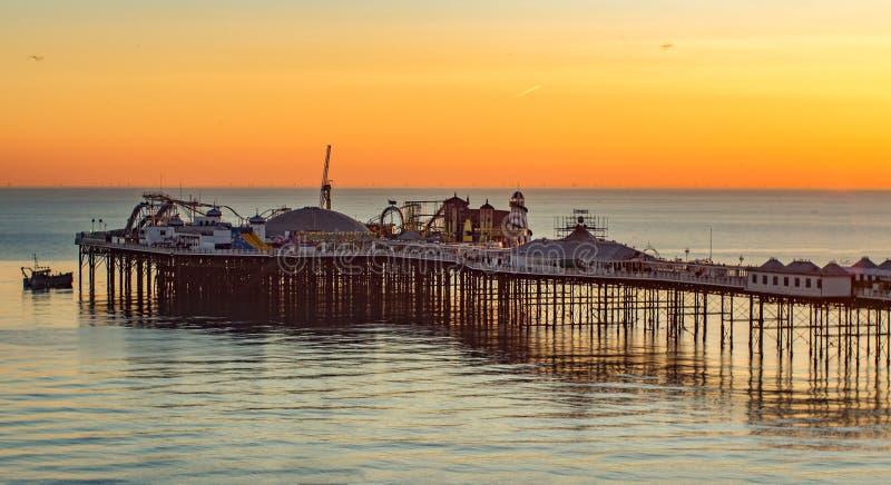Пристань Брайтона на заходе солнца, к югу от Англии стоковое фото rf
