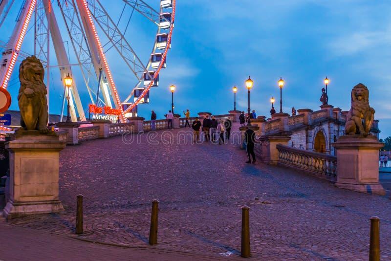 Пристань в городе Антверпена с колесом ferris взгляда осветила вечером, популярная архитектура города, Antwerpen, Бельгия, 23-ье  стоковые изображения rf