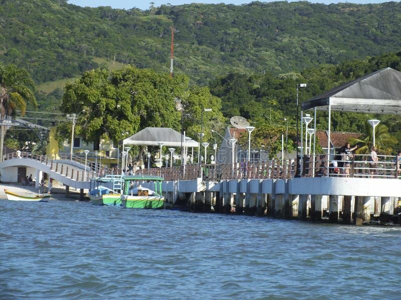Пристань в заливе Bombas и Bombinhas, Бразилии стоковые фотографии rf