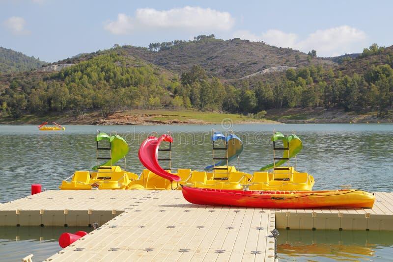 Пристань в озере, с шлюпками воссоздания стоковое изображение rf