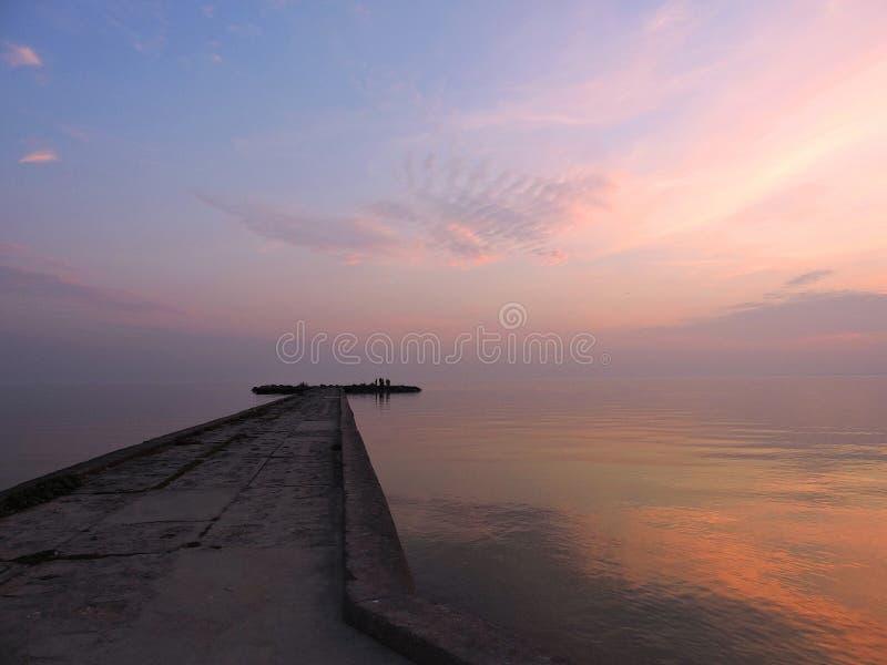 Пристань в Ventes Ragas идя в вертел Curonian, Литву стоковые изображения rf