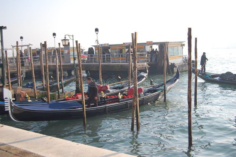 Пристань для шлюпок и гондол в Венеции, Италии стоковые фотографии rf