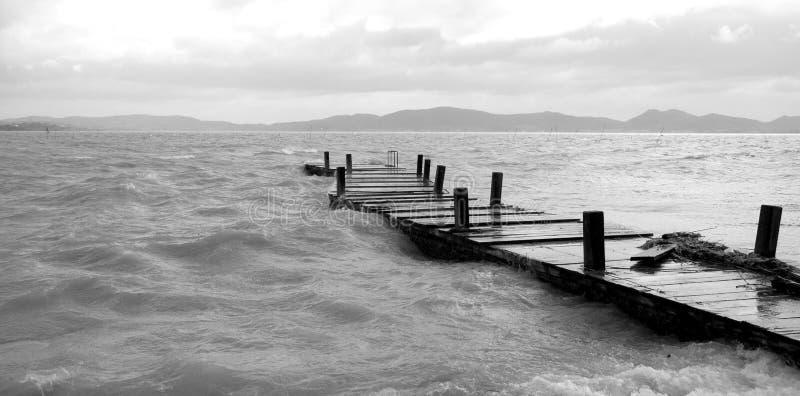 Пристань идет в воду стоковая фотография rf