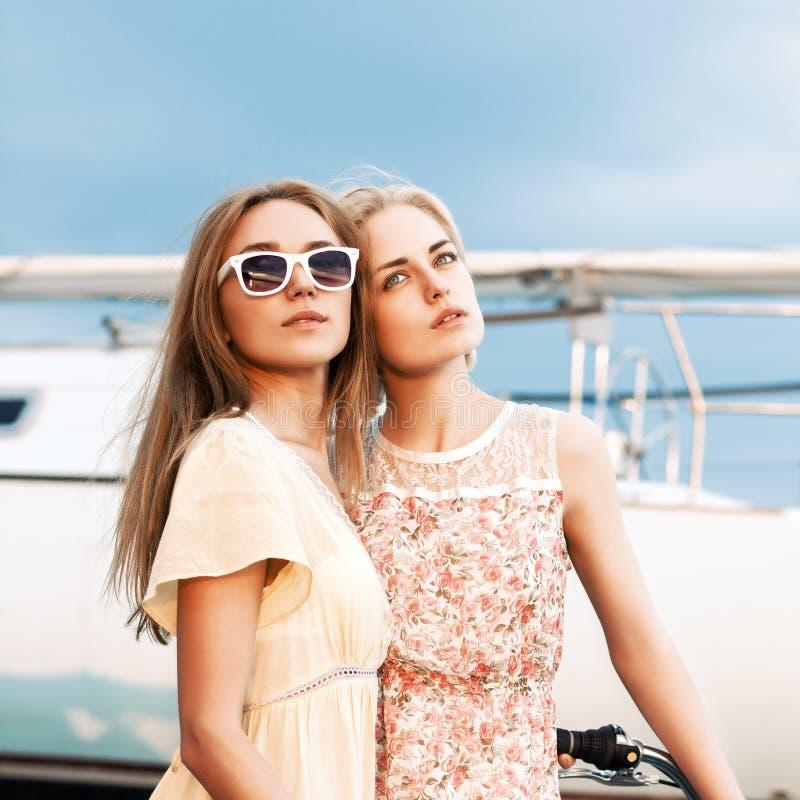 Пристань 2 красивая девушек на море стоковые изображения rf