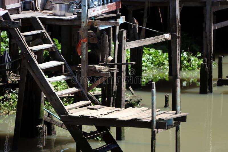 Пристань лестницы деревянного дома в деревне берега реки стоковое изображение rf