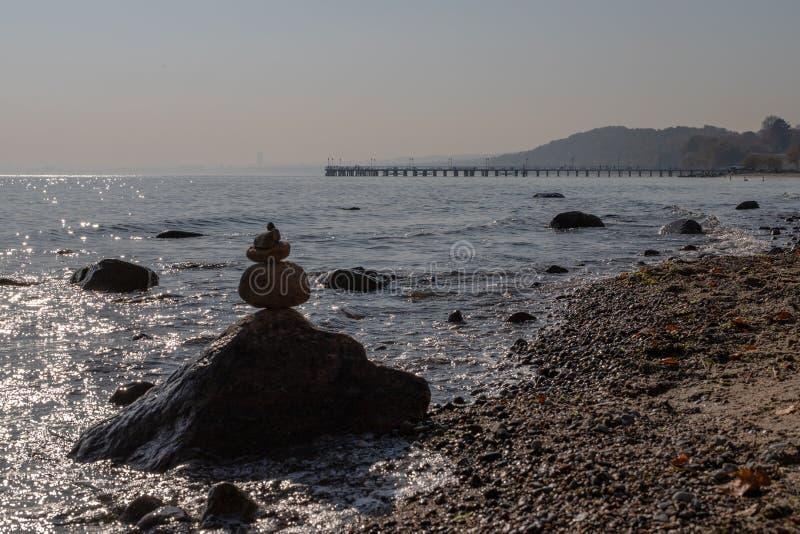 Пристань на Балтийском море в Восточной Европе Мост на береге моря стоковые фото