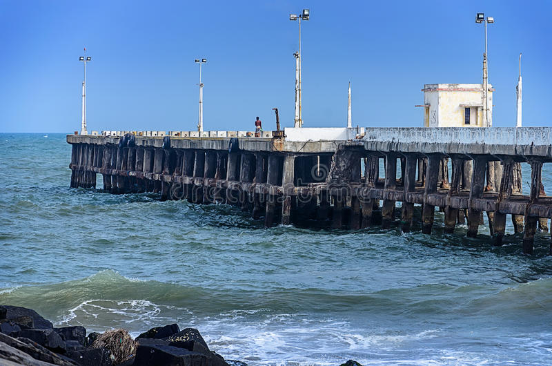 Пристань на береге океана в Pondicherry Tamil Nadu, Индия стоковое изображение rf