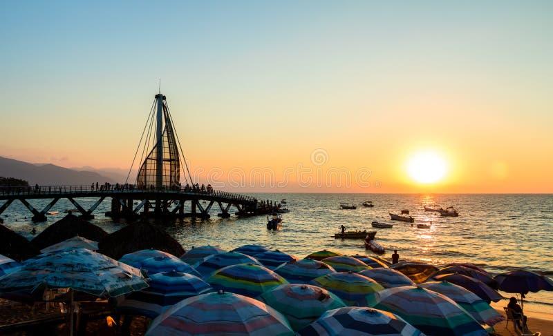 Пристань на заходе солнца - Puerto Vallarta Лос Muertos, Халиско, Мексика стоковое изображение rf