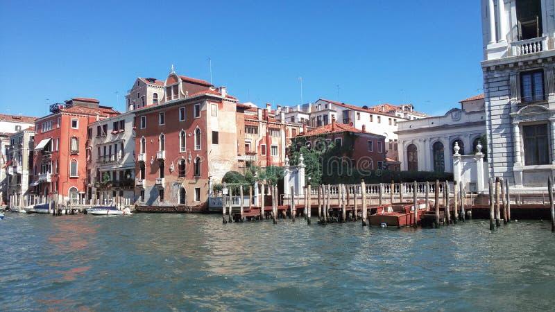 Пристань на канале в Венеции красивейшее лето дня стоковые изображения