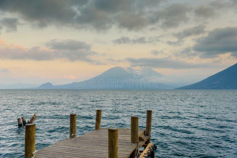 Пристань на Ла Laguna San Marcos с beaufiful пейзажем озера Atitlan и вулканов - Гватемалы стоковое изображение