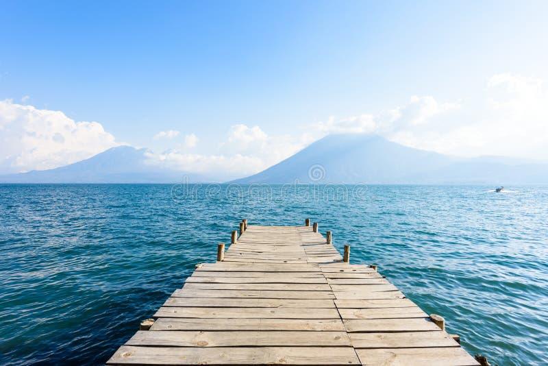 Пристань на Ла Laguna San Marcos с beaufiful пейзажем озера Atitlan и вулканов - Гватемалы стоковые фотографии rf